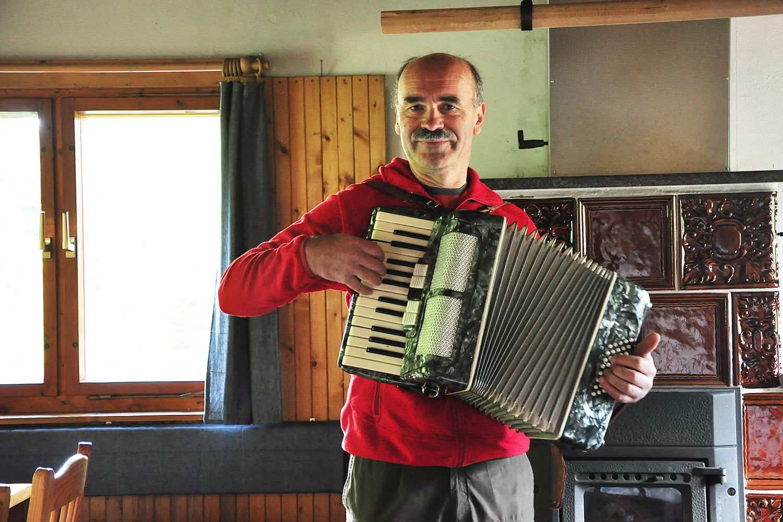 Udo musiziert in der Oberhofer Hütte 05.2017 (Foto: Klaus Wahl)