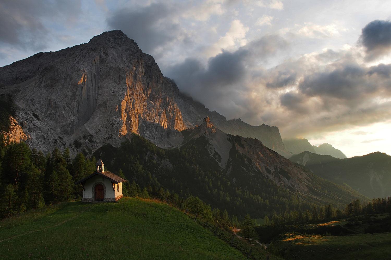 Kapelle Hallerangeralm vor Lafatscher abends . Karwendel (Foto: Andreas Kuhrt 2017)