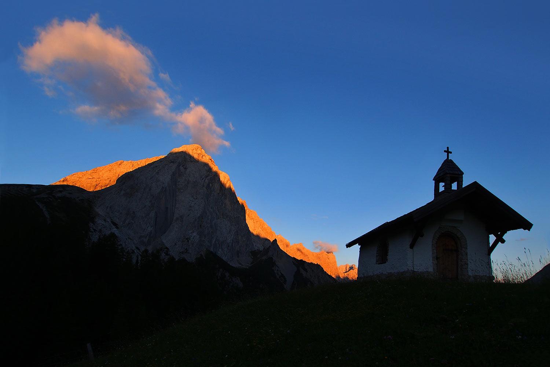 Kapelle Hallerangeralm vor Lafatscher morgens . Karwendel (Foto: Andreas Kuhrt 2017)