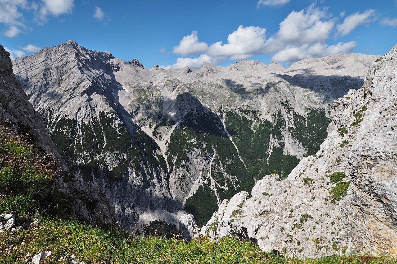 Südliche Sonnenspitze (2665 m) links und Birkkarspitze (2749 m) rechts vom Sunntigerjoch . Karwendel (Foto: Manuela Hahnebach 2017)