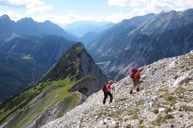 Manuela & Klaus beim Aufstieg zur Sunntigerspitze (2321 m) . Karwendel (Foto: Andreas Kuhrt 2017)
