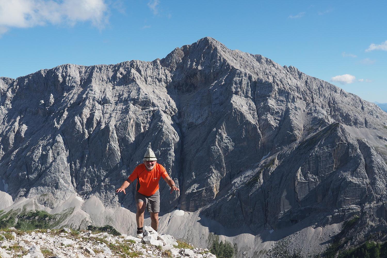 Klaus auf der Sunntigerspitze (2321 m), hinten Speckkarspitze (2621 m) . Karwendel (Foto: Manuela Hahnebach 2017)