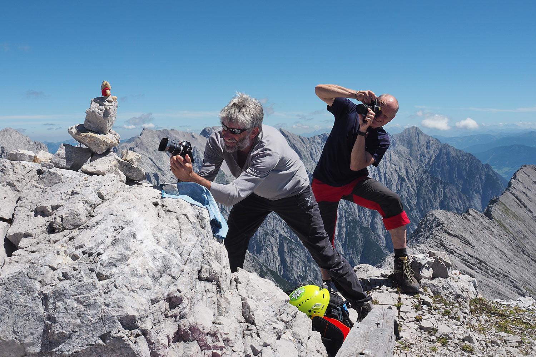 Fotoshooting Andreas & Robert auf der Speckkarspitze (2621 m) . Karwendel (Foto: Manuela Hahnebach 2017)