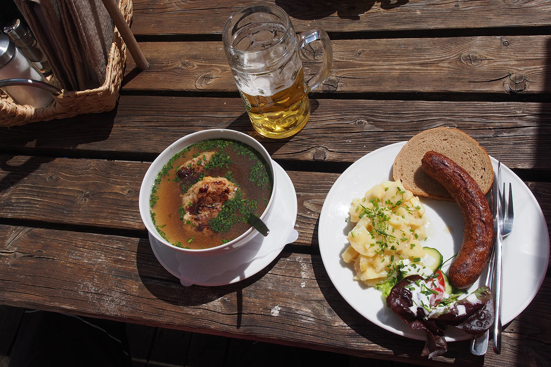 Hauswurst mit Kartoffelsalat in der Pfeishütte . Karwendel (Foto: Andreas Kuhrt 2017)