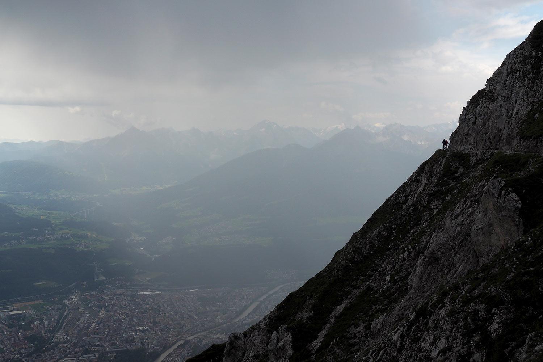 Regenschauer am Hermann-Buhl-Weg über Innsbruck . Karwendel (Foto: Manuela Hahnebach 2017)