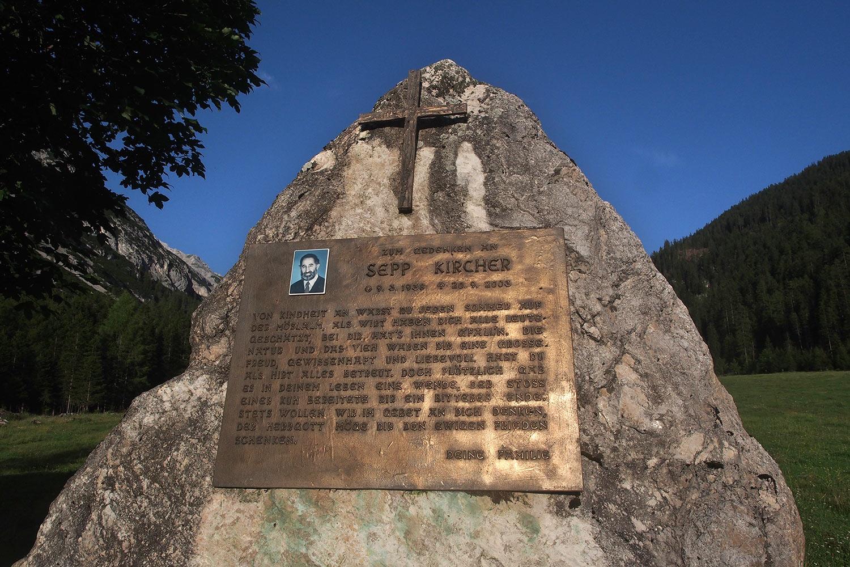 Gedenkstein für Sepp Kirchner an der Möslalm . Karwendel (Foto: Andreas Kuhrt 2017)