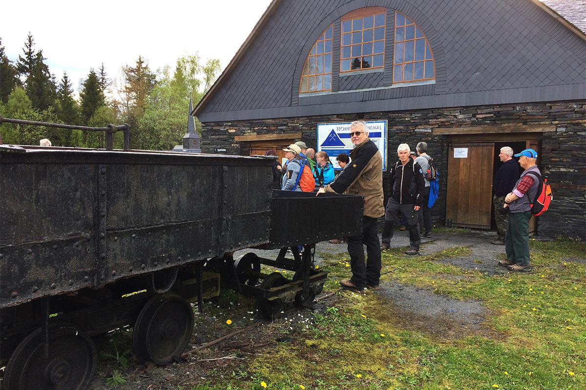 Beim technischen Denkmal Spalthütte . Frühlingswanderung im Schieferpark Lehesten (Foto: Manuela Hahnebach 2017)