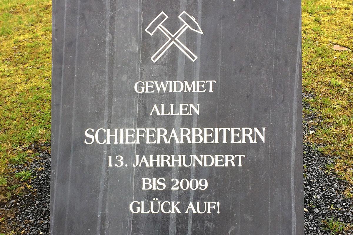 """Schieferplatte am technischen Denkmal """"Historischer Schieferbergbau"""" . Frühlingswanderung im Schieferpark Lehesten (Foto: Manuela Hahnebach 2017)"""