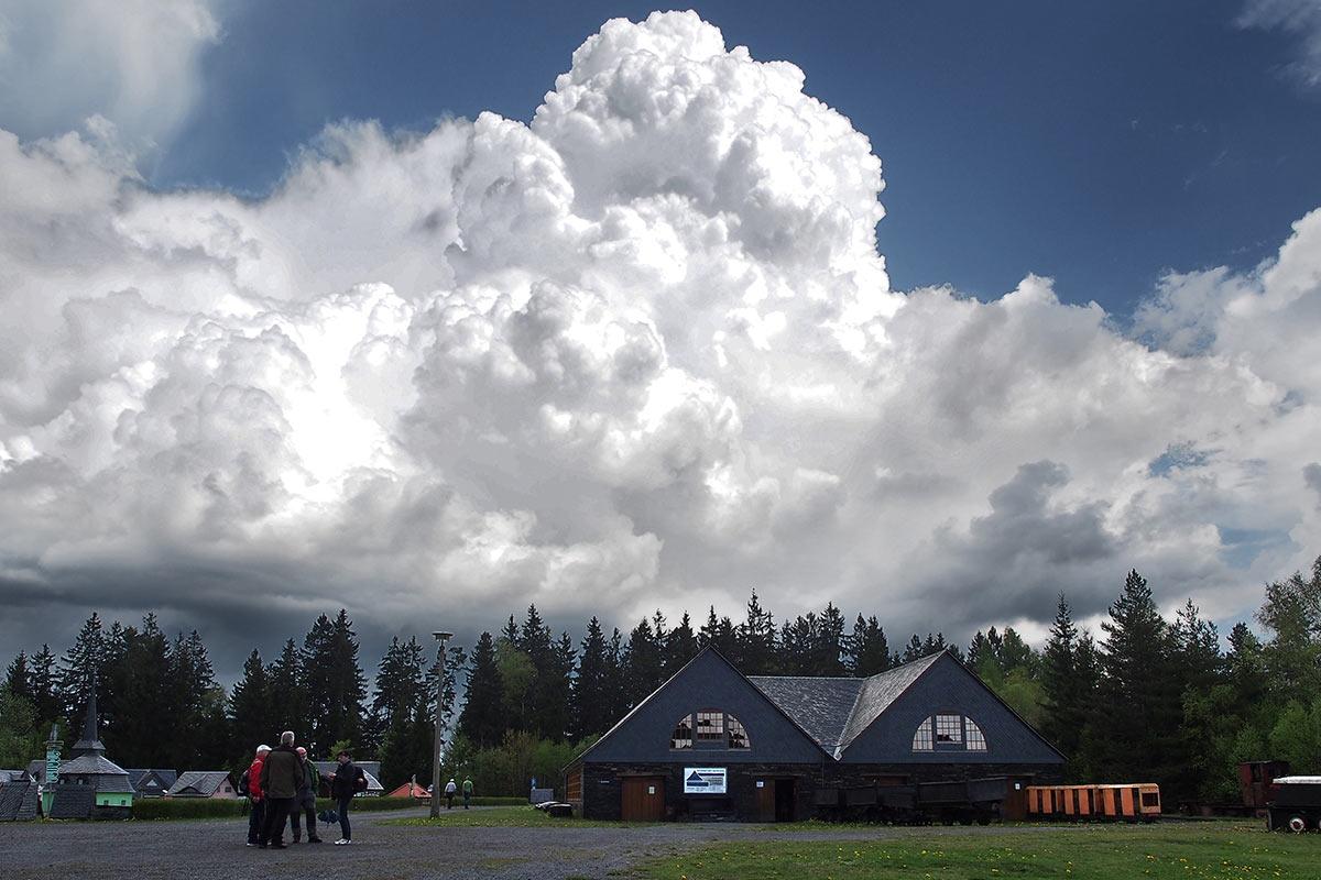 Wolken überm Schieferpark . Frühlingswanderung im Schieferpark Lehesten (Foto: Manuela Hahnebach 2017)