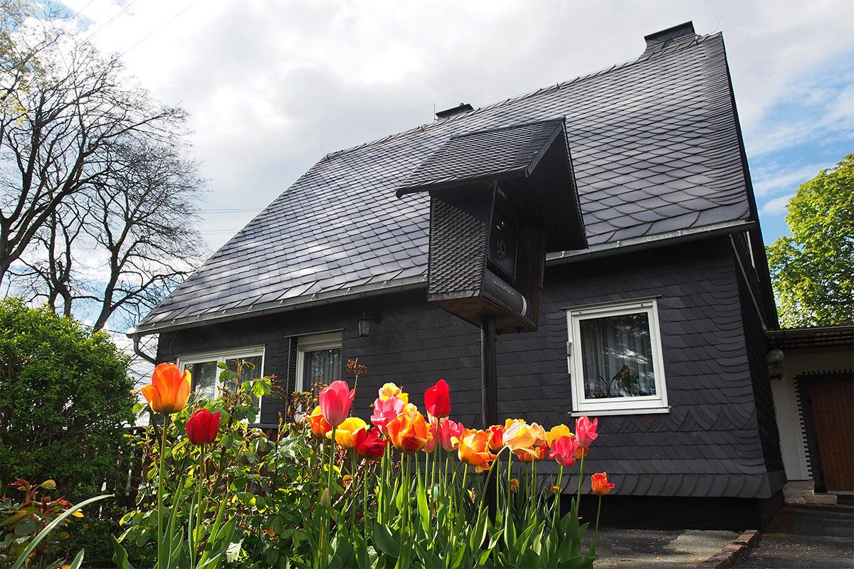 Schieferhaus mit Schieferbriefkasten in Lehesten . Frühlingswanderung im Schieferpark Lehesten (Foto: Andreas Kuhrt 2017)