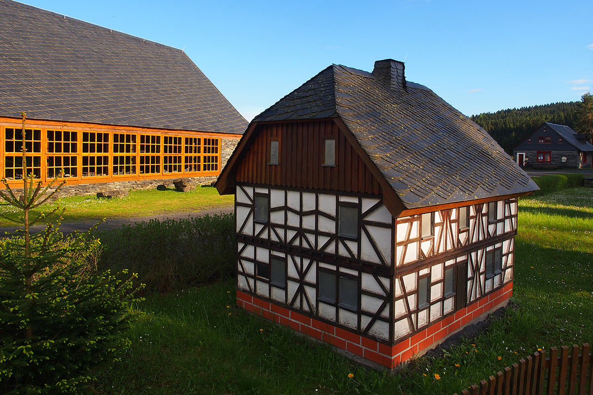 Spalthütte und Dachdeckerhäuschen im technischen Denkmal . Frühlingswanderung im Schieferpark Lehesten (Foto: Andreas Kuhrt 2017)