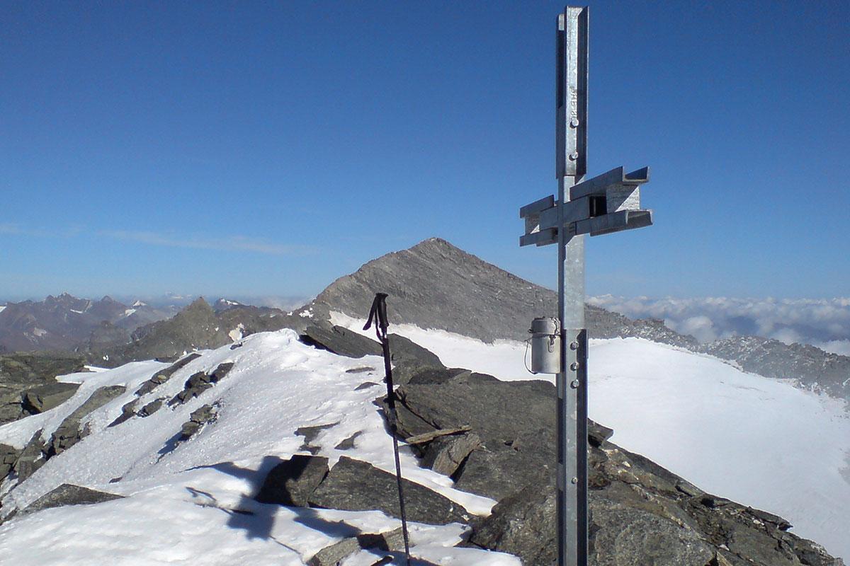 Monte Leone Gruppe: Breithorn Gipfelkreuz, Blick zum Monte Leone (Foto: Olaf Färber)