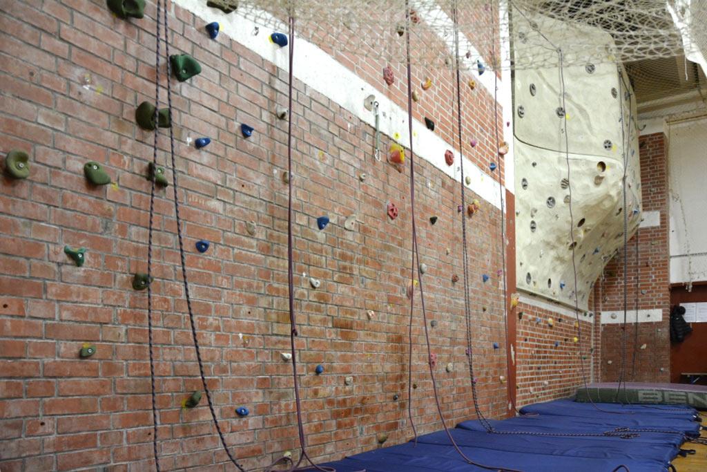 DAV Suhl Kletterwand in der Sporthalle Friedberg