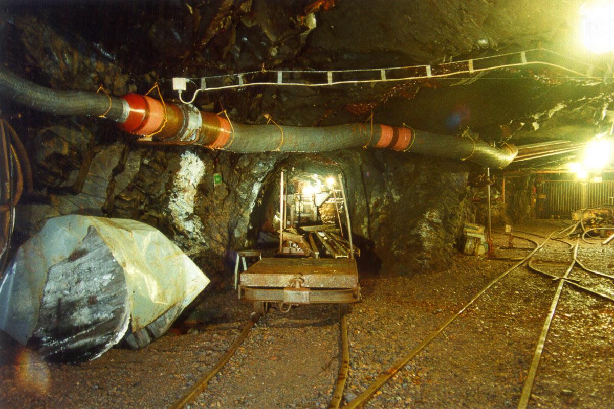 Besucherbergwerk auf Sohle 577 m der Schiefergrube Lehesten: Ausbau mit Versorgungsleitungen (Foto: Werner Liebeskind, Lehesten)