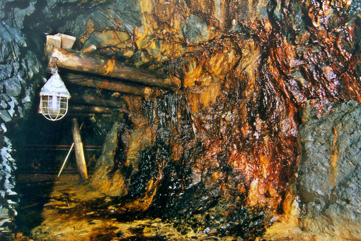 Besucherbergwerk auf Sohle 577 m der Schiefergrube Lehesten: Firstsicherung mit Holzeinbau (Foto: Werner Liebeskind, Lehesten)