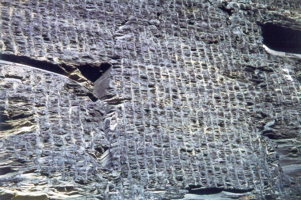 Handgeschrämte Tagebauwand im Schieferbruch Lehesten (Foto: Werner Liebeskind, Lehesten)
