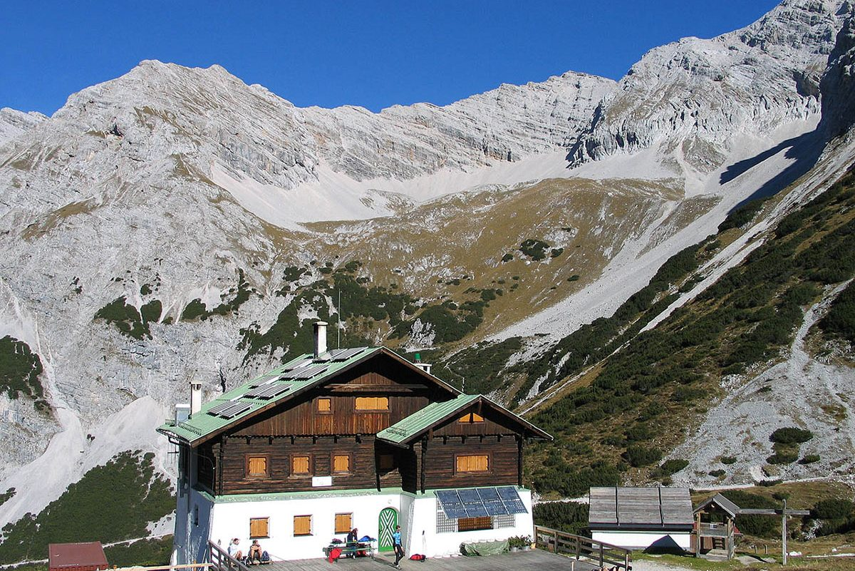 Pfeishuette vor Sonntagkar, Karwendel (Foto Ludiger, 2005, Wikimedia Commons)